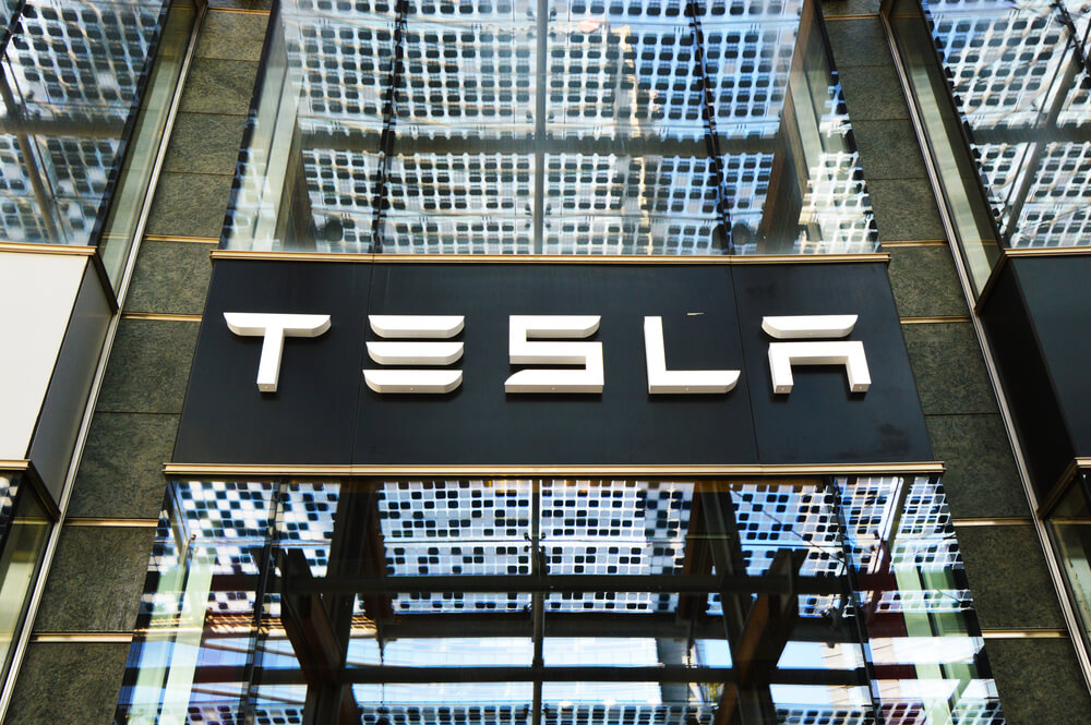 Tesla Back in the Driver's Seat as Shares Surge Above $900